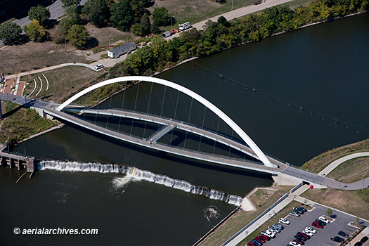 &copy aerialarchives.com Center Street Bridge Des Moines, Iowa aerial photograph, AHLB9369